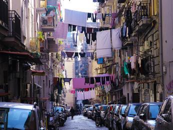 Neapol je typická svými úzkými uličkami sprádlem na šňůrách