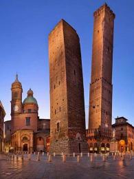 Bizarní pohled na dvě šikmé věže vBologni, Asinelli a Garisenda