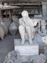Odlitky popílkem zakonzervovaných obětí výbuchu Vesuvu