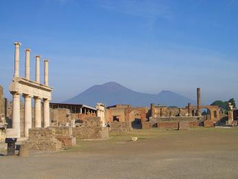 Pohled na ničivý Vesuv od Pompejí