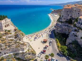 Jihoitalské město Tropea obklopují tyrkysové pláže
