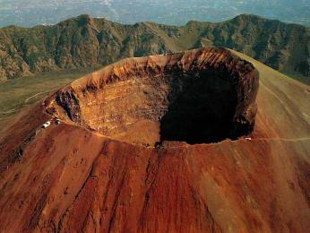 Kráter stále činné sopky Vesuv