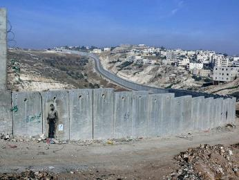 Izraelská separační bariéra dnes takřka hermeticky odděluje izraelský apalestinský svět
