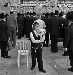Charedim se modlí před šabatem uZdinářků