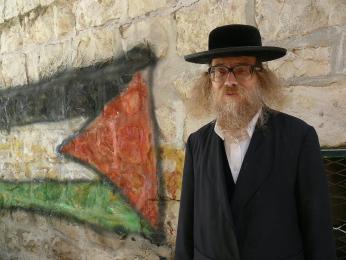 Ne všichni Židé mají na izraelsko-palestinský konflikt jen jednostranný pohled. Ultraortodoxní rabín upalestinské vlajky.