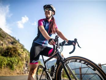 Cyklodres spojuje všechny praktické prvky oblečení na kolo