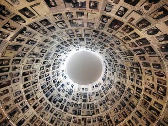 Uvnitř památníku Jad Vašem