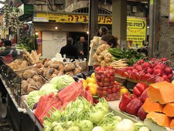 Trh Machane Jehuda a jeho pestrobarevné obchůdky