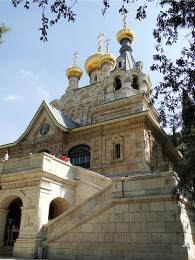Příjemné místo kodpočinku nabízí vzrostlé stromy u kostela Máří Magdalény