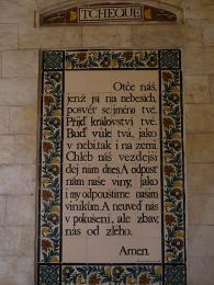 Keramická deska stextem Otčenáš na stěně kostela Pater Noster