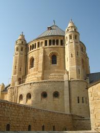 Bazilika Zesnutí Panny Marie vpodvečerním slunci