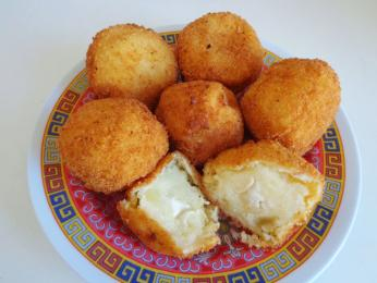Ovčím sýrem brocciu plněné koblihy beignet
