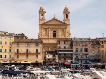 Kostel St-Jean Baptiste se dvěma zvonicemi je dominantou Bastie