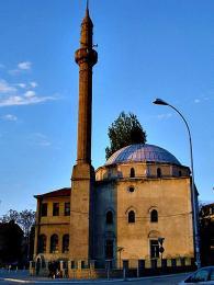 Mešita Çarshi postavená Turky v15.stol. na paměť vítězství nad Srbskem