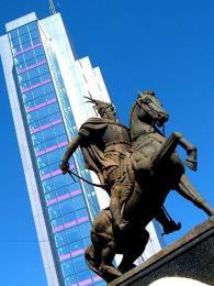 Socha albánského hrdiny Skanderbega je kopií sochy zalbánského města Krujë