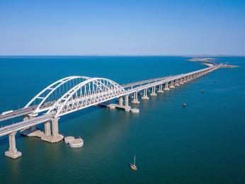 19 km dlouhý most přes Kerčský průplav propojuje Krym s Ruskem