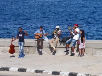 Muzikanti na havanském Maleconu
