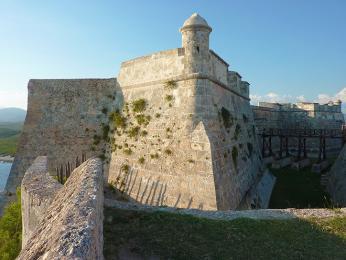 Obranné zdi pevnosti del Morro, která měla za úkol ochranu přístavu v Santiagu