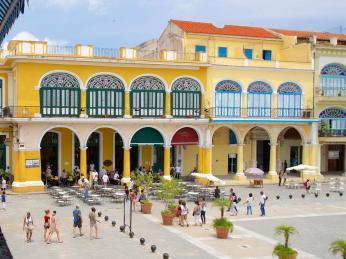 Pestrobarevné domy na Plaza vieja ve Staré Havaně