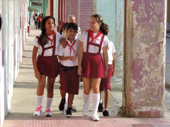 Malí kubánští školáci vuniformách