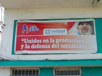 Kuba je plná nápisů oslavujících revoluci a socialismus