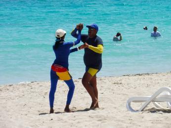 Lekce tance si můžete užít ina pláži