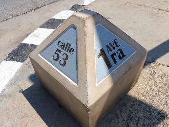 Patník, na kterém je vyznačené číslo ulice, najdete na každém rohu