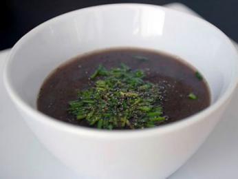 Polévka juka, která se připravuje zhusí, kachní či kuřecí krve
