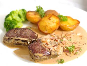 Oblíbeným jídlem vLitvě je také Kepsnys, tučný plátek vepřového masa