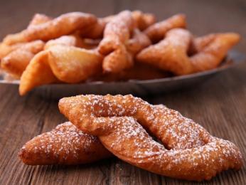 Sladké smažené pečivo žagarėliai sypané práškovým cukrem