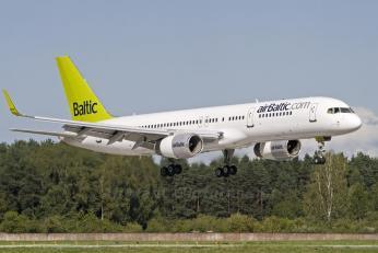 AirBaltic je lotyšská nízkonákladová společnost