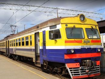 Zářivě barevná vlaková souprava na nádraží ve Vilniusu