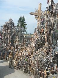 Na pahorku se nachází desetitisíce křížů a neustále přibývají další