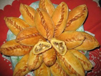 Tradiční karaimský pokrm kibinai ve tvaru půlměsíce z těsta plněného masem