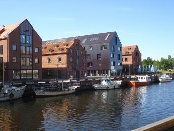 Moderní přestavba starých skladištních budov na břehu řeky Dane