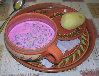 Šaltibarščiai (studený boršč) - růžové zbarvení polévky je způsobeno řepou