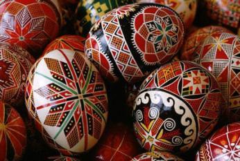 Na Velikonoce se podobně jako u nás barví velikonoční vajíčka