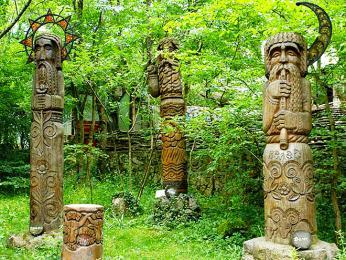 Dřevěné sochy nadpřirozených bytostí na Vrchu čarodějnic