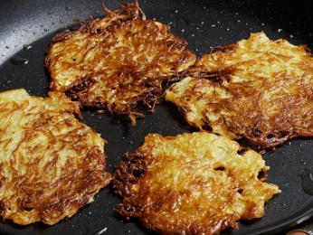Velmi oblíbeným bramborovým jídlem jsou kartupeļu pankūkas