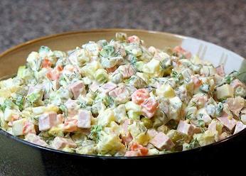 Majonézový salát rasols se dělá zmasa, sleďů, brambor, hrášku, mrkve aokurky