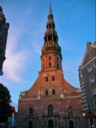 Kostel sv. Petra je vystavěn zčervených pálených cihel