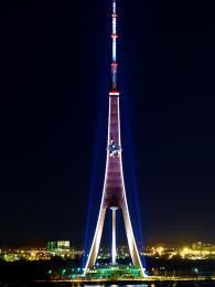 Televizní věž má tvar trojnožky