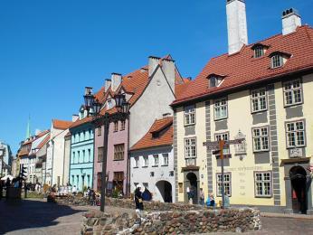 Na ulici Skárnu stojí řada opravených středověkých domků