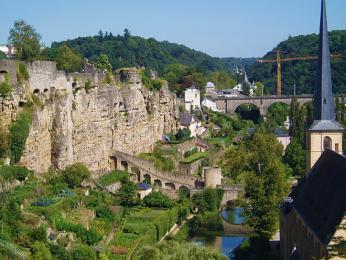 První hrad, který stál na lucemburské skále, byl Lucillinburhuc