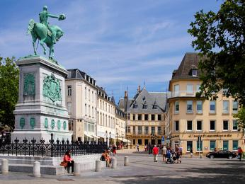 Hlavní náměstí vLucemburku se nazývá Náměstí VilémaII.