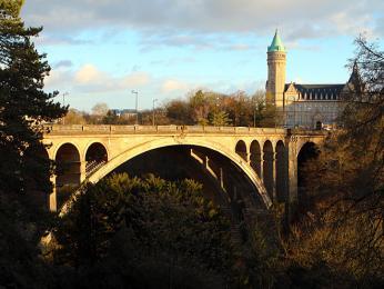 Zmostu Pont Adolphe je pěkný výhled na staré město