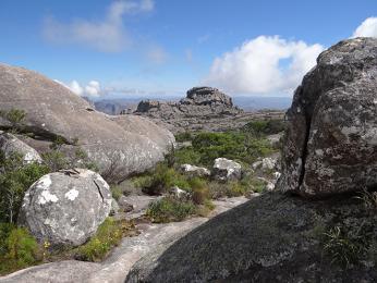 Rozmanité skalní útvary v pohoří Andringitra
