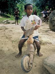 Na hračkářství na Madagaskaru nenarazíte, ale hraček mají děti dost
