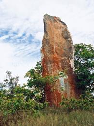 """Tsangambato (""""stojící kámen"""") je jakousi obdobou evropských menhirů"""