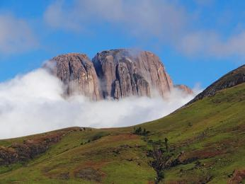Pohled na masiv Tsaranoro, madagaskarský ráj všech horolezců